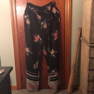 Flowy floral pants with wide leg. Size L